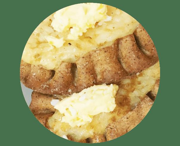 フィンランドの国民食「カレリアパイ」。中の具材の種類はさまざまで、エッグバターをのせて食べる。